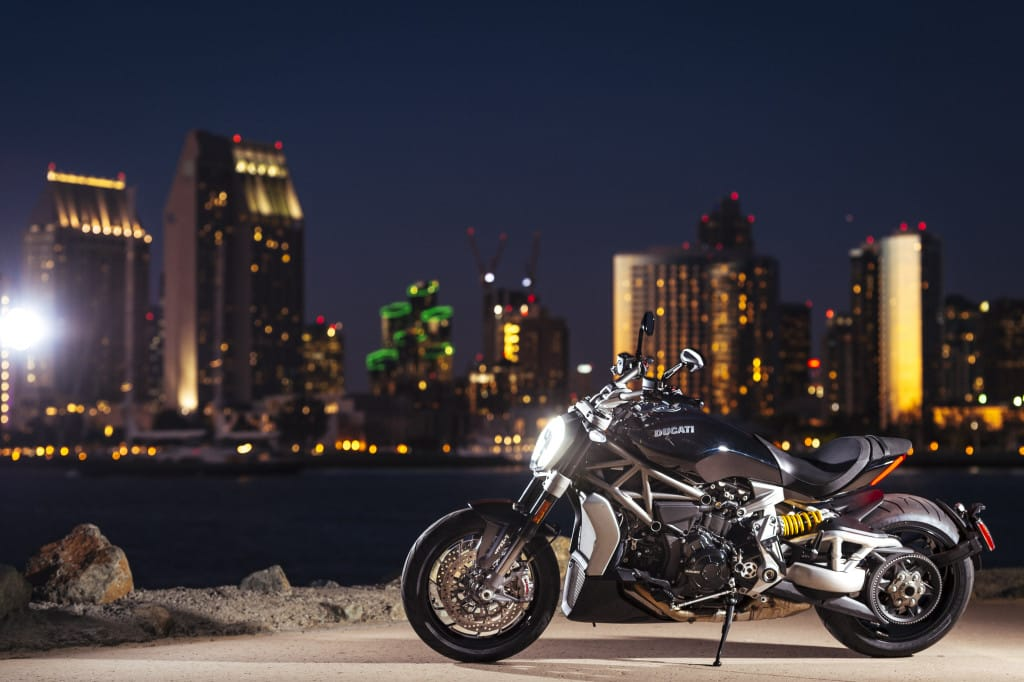 X Diavel S by night. Aan bling geen gebrek.