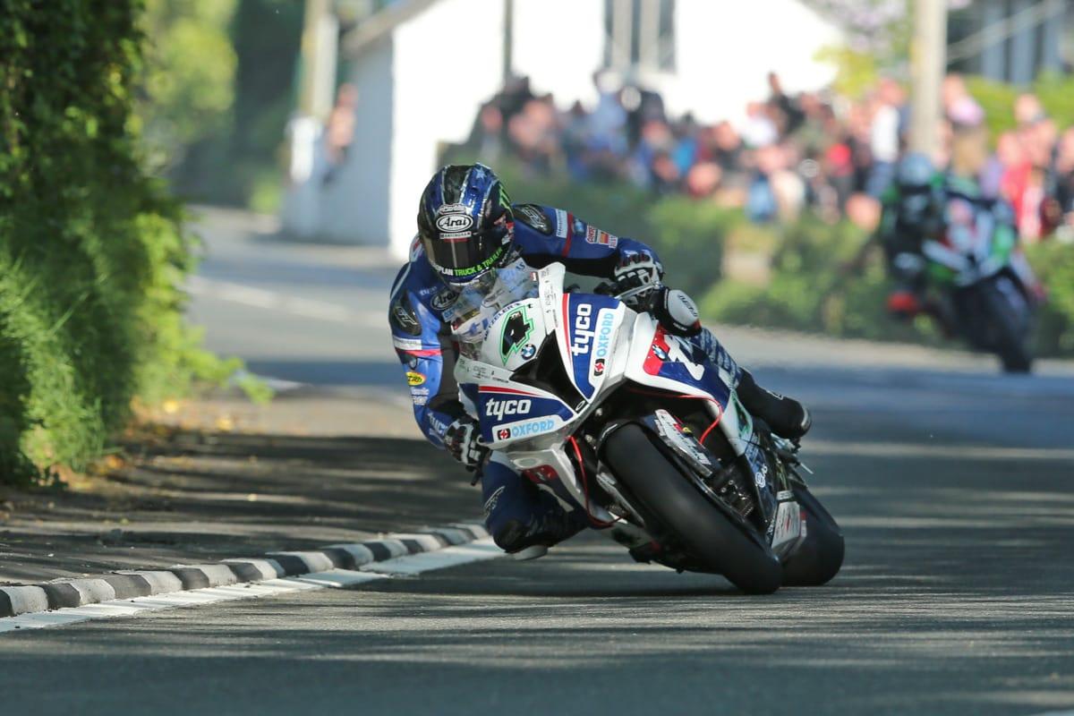 Ian Hutchinson zette voorlopig de snelste tijd neer.