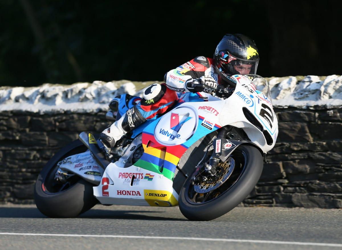 Bruce Anstey's MotoGP replica steelt de show op het eiland én is goed voor snelle tijden.