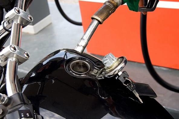 motorcyclist-fueling_foto_leatherup-com