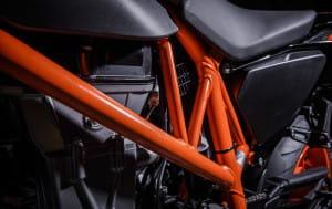 Een oranje trellisframe voor de R, een zwart voor de gewone Duke.