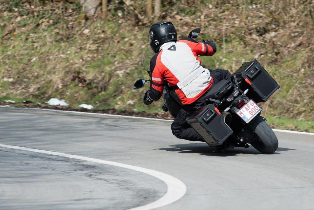 De Yamaha is super stabiel en geeft vertrouwen. Beter dan dit kunnen we dat niet illustreren.