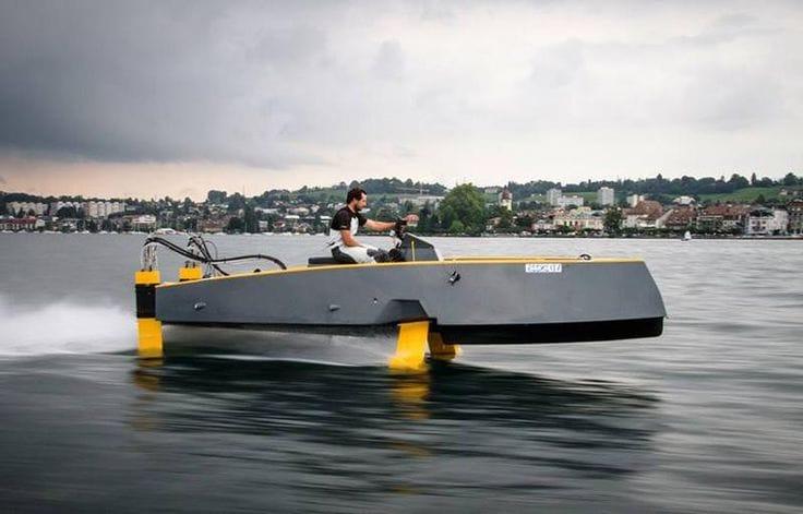 Een hydrofoil boot zweeft over het water en kan zo erg hoge snelheden behalen.