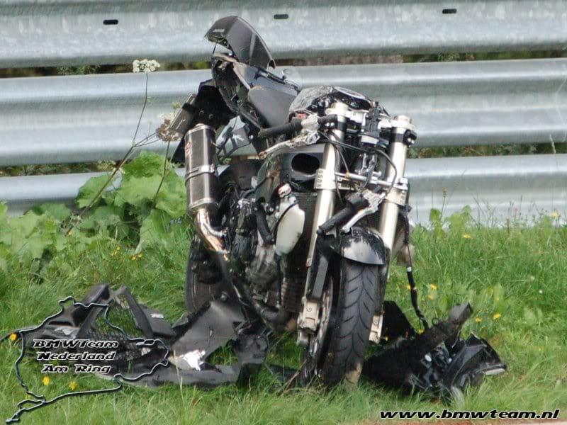 De bekende Gixxer van Von Fürstenhoff na een crash op de Nürburgring.