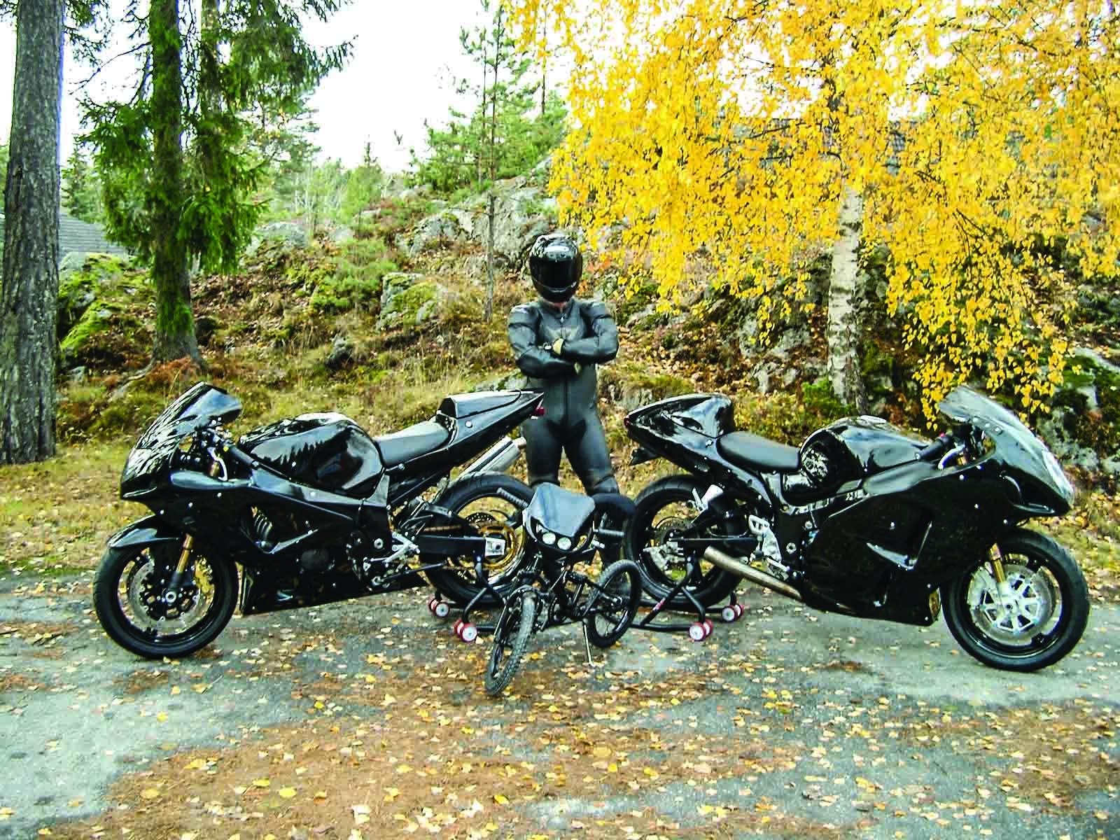 Ghost Rider met zijn drie favoriete tweewielers, waaronder een gepimpte, zwarte Gixxer 1000 en een Hayabusa met turbomotor.